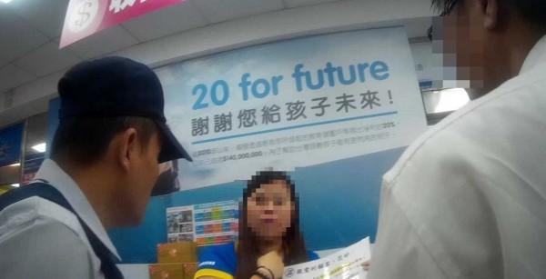 吳男(右)到3C量販店買遊戲點數要付給詐騙集團,被女店員與警方聯手阻詐。(記者王俊忠翻攝)