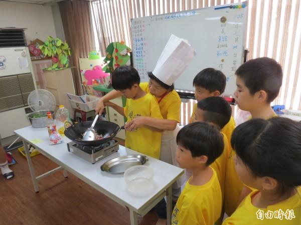 中華傳愛社區服務協會安排懂廚藝的長者來教小朋友廚藝,傳遞代間的愛。(記者蘇金鳳攝)