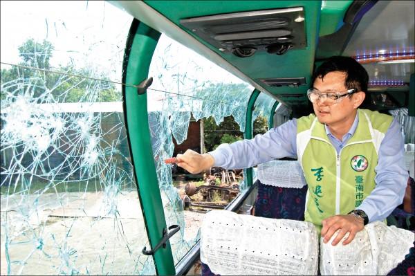 台南市議員李退之找來報廢遊覽車當實驗,人高馬大的他拿擊破器敲破車窗後,甚至加上腳踹,清理逃生口至少就花了一分鐘以上時間。