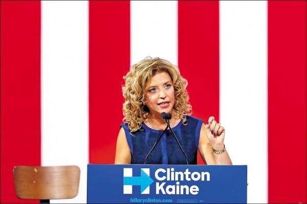 「維基解密」22日揭露美國民主黨全國委員會(DNC)對總統參選人桑德斯不公內幕,DNC主席舒茲24日宣布辭職。圖為舒茲23日現身希拉蕊造勢現場。 (美聯社)