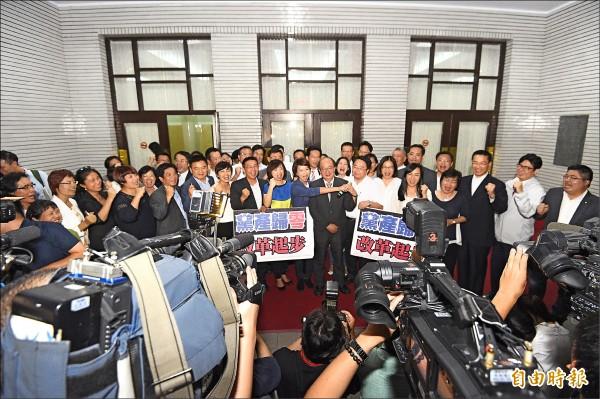 立法院臨時會昨晚三讀通過「政黨及其附隨組織不當取得財產處理條例」,民進黨立委到議場外舉行記者會呼,表示這是台灣人民的勝利!(記者陳志曲攝)