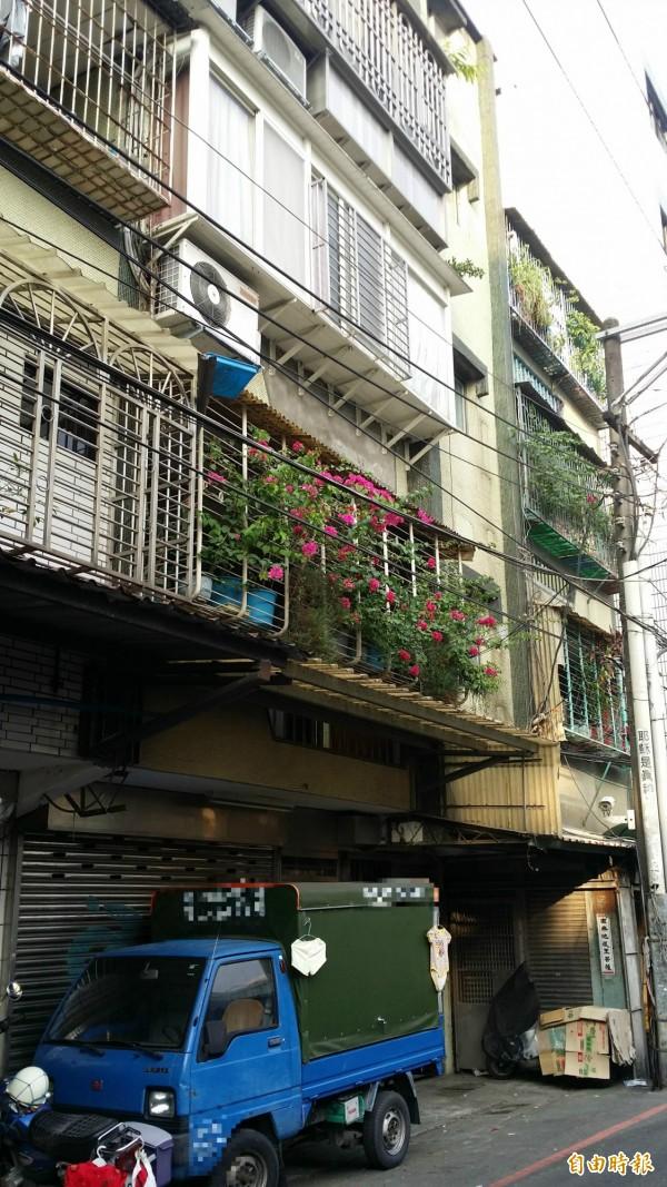 鄰居說,1、2樓間的雨遮,救了男童一命。(記者吳仁捷攝)