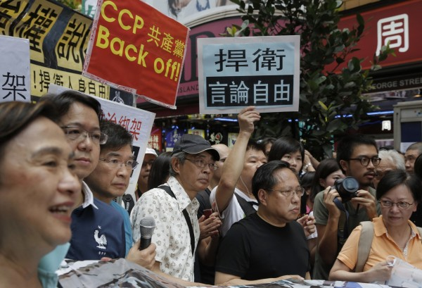 在香港發行出版的《新維月刊》、《臉譜》政論雜誌創辦人和編輯,被中國公安以涉嫌「非法經營」為由逮捕後,今被重判。圖為銅鑼灣書店店長林榮基(左4)與港人上街捍衛言論自由。(美聯社,資料照)