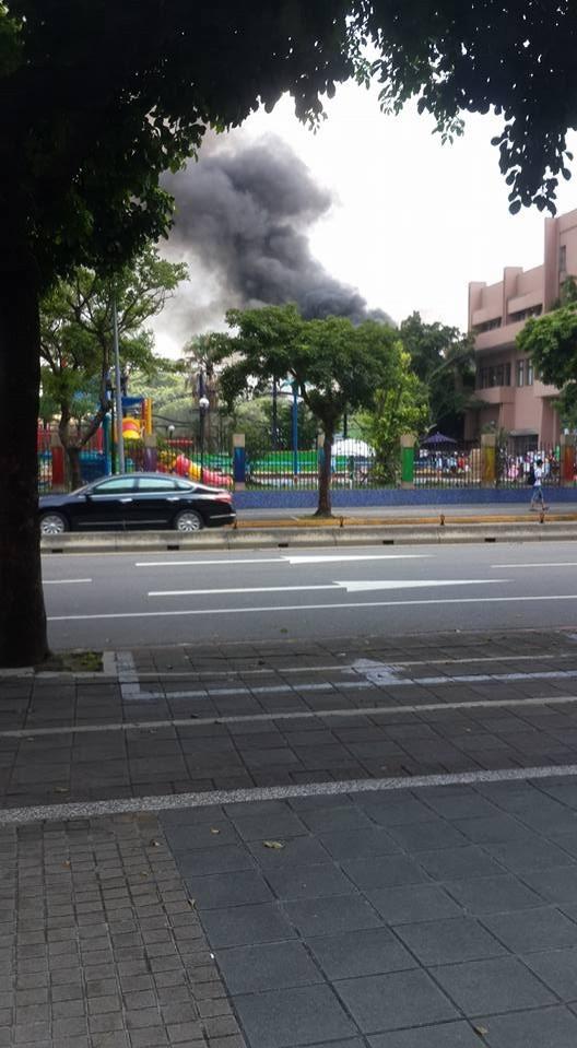 自來水博物館園區蓋板起火,嚇壞一旁民眾。(圖擷取自爆料公社)