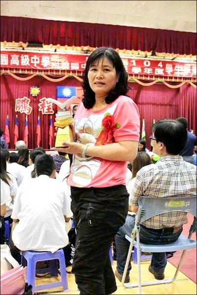 吳祈慧花32年念完補校,拿市長獎畢業。 (記者洪臣宏翻攝)