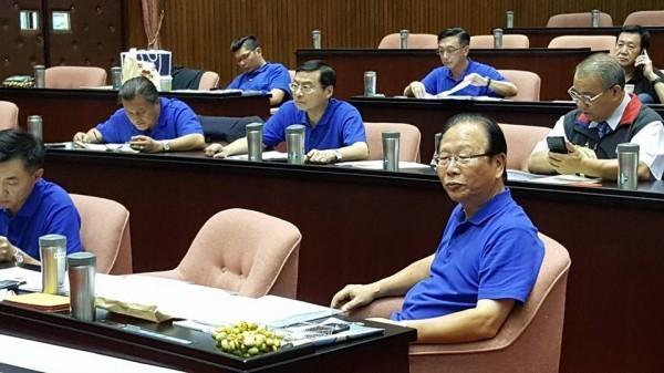 有媒體報導指出,傳國民黨團書記長林德福(右)今早趁立法院會休息空檔到醫院吊點滴,但最後證實是烏龍一場。(圖擷取自黃國昌臉書)