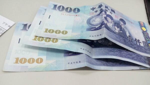 張女認為店內不見的3000元是林女偷的,將她壓制在地報警。(資料照)