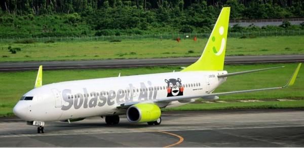 日本當地廉價航空推出熊本熊彩繪機,希望旅客看到後,能夠到熊本旅遊。(圖擷自朝日新聞)