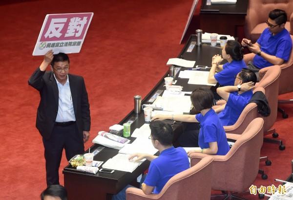 徐永明指出,國民黨一早到場的人數只有5個人,他直言:「一個連起床投票都做不到的政黨,根本可以廢了!」(記者廖振輝攝)