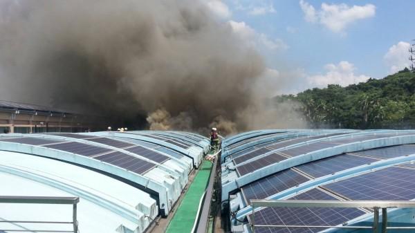 自來水園區沉澱池上方的太陽能蓋板燃燒,濃煙竄天。(記者陳薏云翻攝)