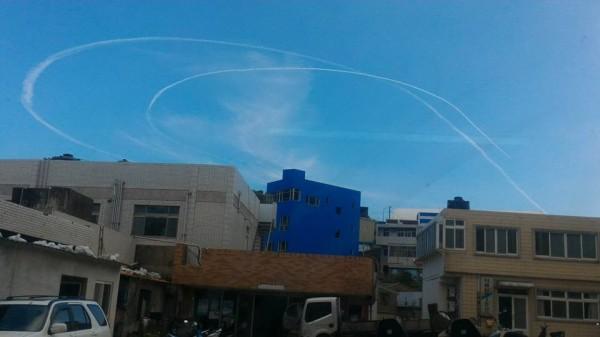 東引上空出現2條明顯的凝結尾,網友懷疑是中國戰機留下的痕跡。(圖擷取自PTT)