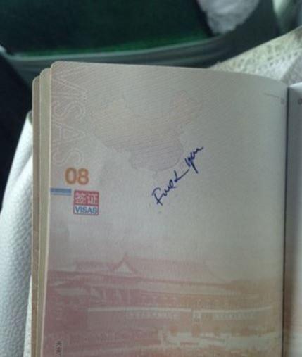中國一名女子日前到越南入境時,發現她的護照疑遭邊檢人員用英文寫髒話。(圖擷取自微博)