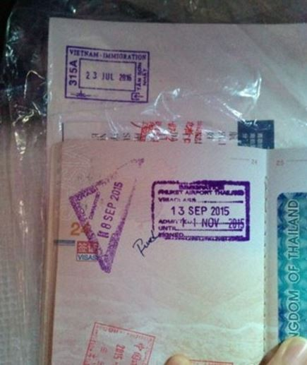 中國一名女子日前到越南,她的護照疑遭邊檢人員用英文寫髒話。(圖片取自微博)
