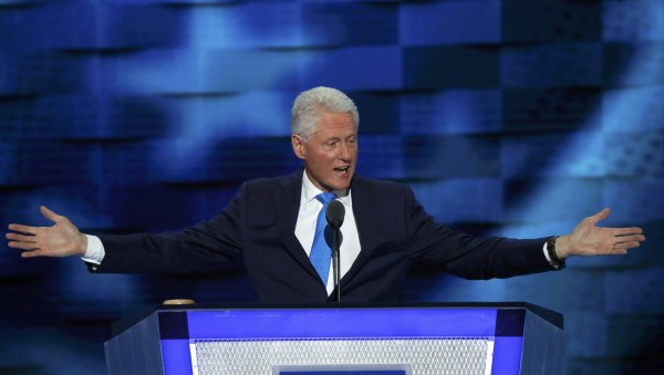 美國前總統柯林頓(Bill Clinton)為妻子希拉蕊站台。(路透)
