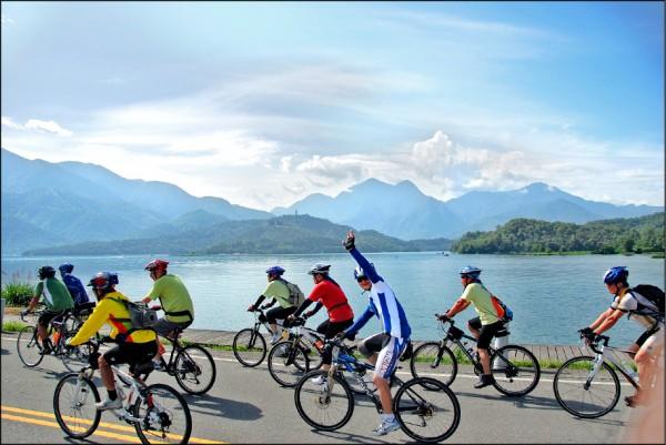 有全球10大最美自行車道美譽,日月潭Come!Bikeday自行車嘉年華將於11月12、13日登場,參加民眾可飽覽潭區著名景點。(日管處提供)