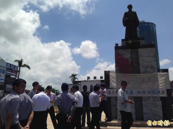 台南火車站前的鄭成功銅像又遭殃,是因為「還原正義連線」的成員不滿小英總統口頭道歉。(記者王捷攝)
