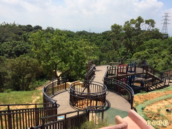 新竹市青青草原北台灣最長磨石子溜滑梯明天開放,市府將在八月舉辦熱氣球升空逗熱鬧活動,要讓熱氣球也在新竹上空飄揚與小朋友同歡。(記者洪美秀攝)