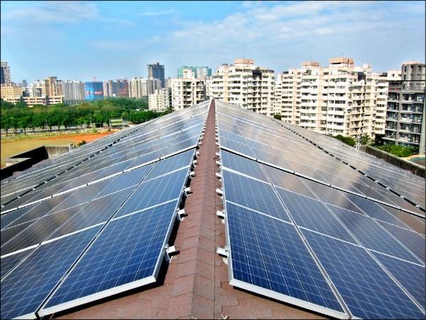 太陽光電的發電原理,是利用矽晶圓為主的集光板吸收太陽光,並將吸收的光能直接轉變成電能輸出的一種發電方式。架設太陽能板的場地周圍,須避免高樓、樹林或其他有可能遮蔽太陽光照射太陽能板的高大遮蔽物,以利太陽能板可以完全地接收太陽光達到最大的發電效益。 太陽能電池產生的電是直流電,因此若需提供電力給家電用品或各式電器則需加裝直/交流轉換器,將直流電轉換成交流電,才能供電至家庭用電或工業用電。 平常太陽能板的保養,只要將板上的灰塵或粘著物清除即可,一塊太陽能板的壽命至少20年。 (圖:資料照,經發局提供,文:記者歐祥義)