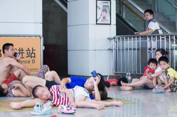 家長帶著孩子來地鐵站午睡。(圖擷自網易新聞)