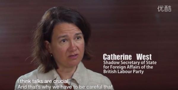 中國在美國紐約時代廣場砸重金,播放南海主權洗腦影片,卻被爆影片扭曲訪問者立場。(圖擷自影片)