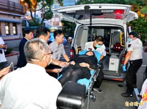 立法院連續29小時「不斷電」表決,議事宣讀人員疑因過度操勞,突然昏倒,送醫急救。(記者王藝菘攝)
