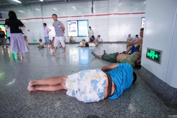 民眾直接躺在地鐵站地板上睡覺。(圖擷自網易新聞)