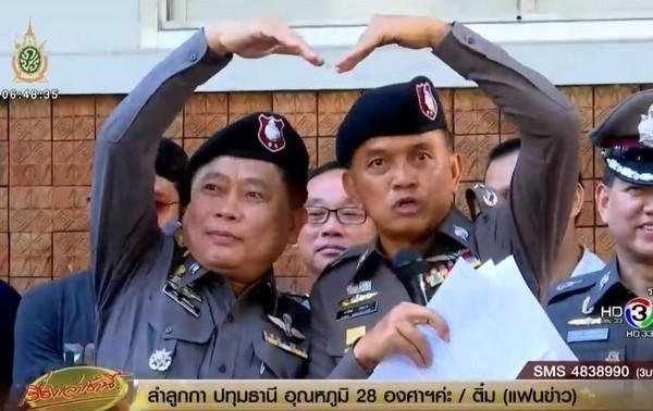 近來泰國為了阻止年輕人鬥毆,竟規定被抓到打架的年輕人若想避免強制拘留,就要和對方一起比出「愛心」手勢來和解。(圖截自BEC tero)