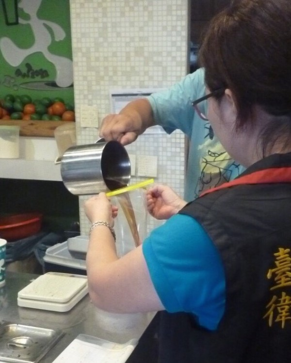 Mr. Wish大墩店的紅茶,初驗生菌數、大腸桿菌群超標,複檢後生菌數仍超標165倍。(記者蔡淑媛翻攝)