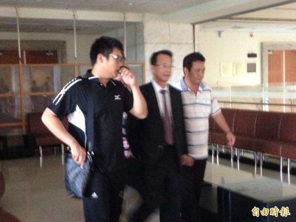 王焜弘親友開庭後詢問律師羅豐胤關心案情。(記者王善嬿攝)