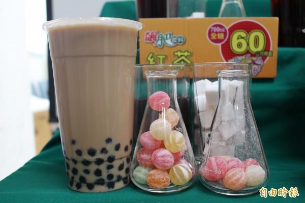 1杯700CC全糖的珍珠奶茶,內含125公克、約25顆方糖,熱量相當於1份排骨便當。(記者張聰秋攝)