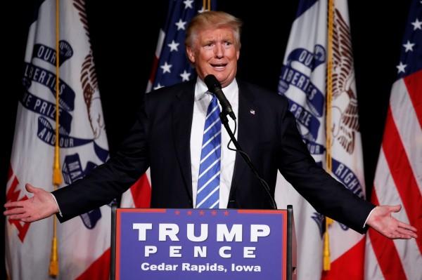 美國共和黨總統候選人川普28日在愛荷華州的一場集會上發言。(路透)