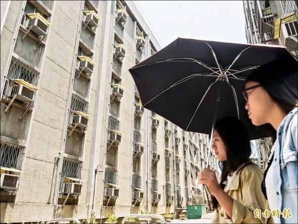 台北昨天中午又飆破38度,室外如同大型烤箱,用電量也因此創下史上新高。(記者黃耀徵攝)