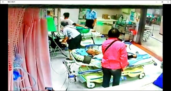 許男(左上)趁機偷襲護理 師臀部並出手毆打,護理師被逼退到角落。(記者鄭淑婷翻攝)