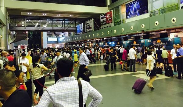 河內內排國際機場的報到櫃檯現場擠得水洩不通。(美聯社)