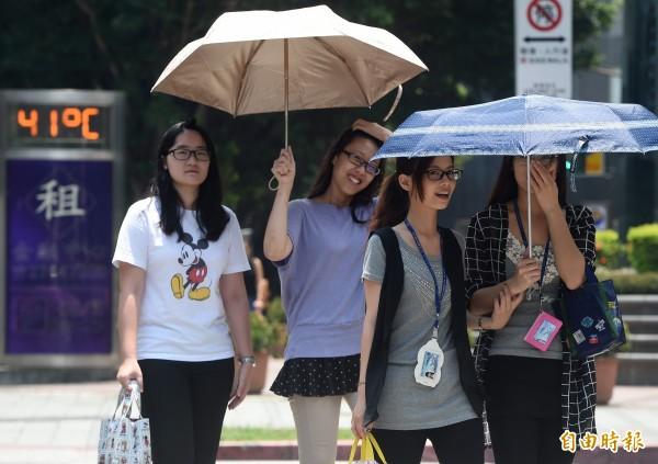 中央氣象局指出,今年台北已有16天出現37度高溫,5天高溫38度以上,天數都破歷史紀錄。(記者廖振輝攝)