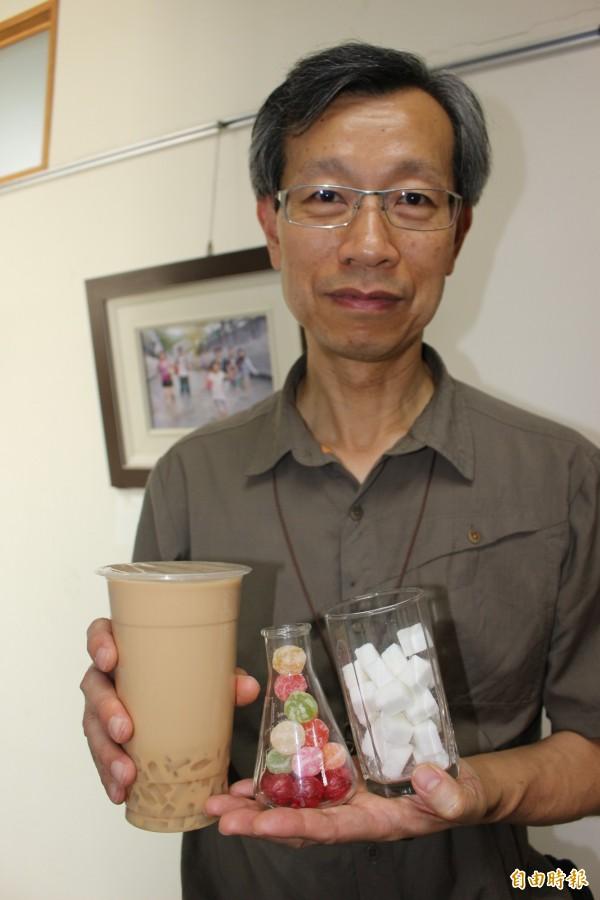 彰化縣衛生局長葉彥伯說,市面上很多飆肥飲料,含糖量都高得嚇人。(記者張聰秋攝)
