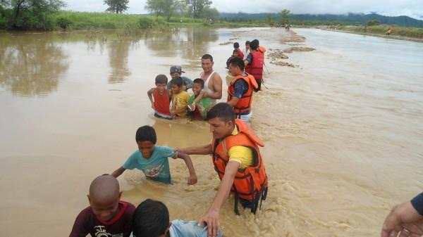南亞大陸一帶近期正逢雨季,在豐沛豪雨影響下,不少地區都出現嚴重災情,包含尼泊爾、印度、巴基斯坦在內,目前已知有超過百人死亡,數百萬人流離失所。(法新社)