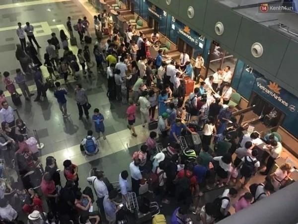 河內內排國際機場的報到櫃檯現場擠得水洩不通。(圖擷自kenh14.vn)