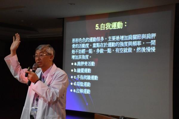 小港醫院副院長傅尹志主講常見手部疾病。(小港醫院提供)
