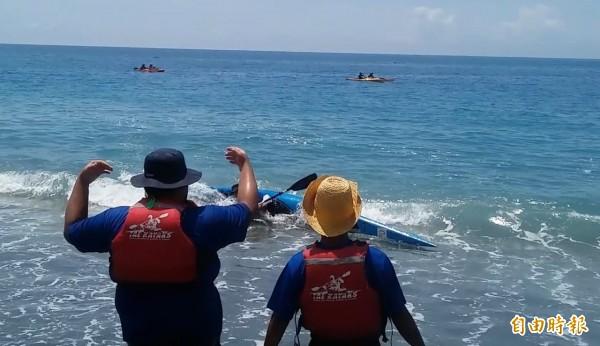 獨木舟翻覆隊員落海,在海岸邊接迎的書屋不斷給予加油打氣。(記者陳賢義攝)