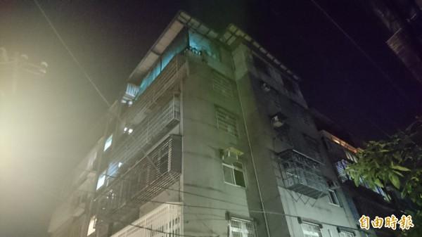 火警現場屋簷遭燻黑。(記者游承霖攝)
