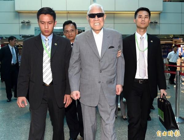 前總統李登輝(右二)30日上午出訪日本石垣島。(記者朱沛雄攝)