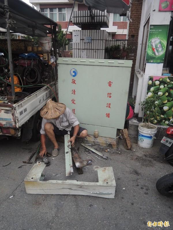 東勢分駐所前的中華電信線路箱遭撞毀,外包商緊急搶修。(記者陳燦坤攝)