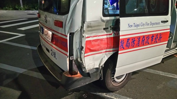 救護車右車尾遭撞受損(民眾提供)