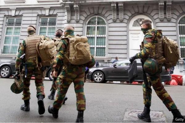 比利時警方策劃7起反恐攻堅行動,行動中逮捕一對兄弟檔。(圖擷取自鏡報)