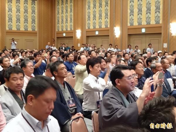 許多聽眾都拿起手機紀錄李登輝演講。(記者蘇芳禾攝)