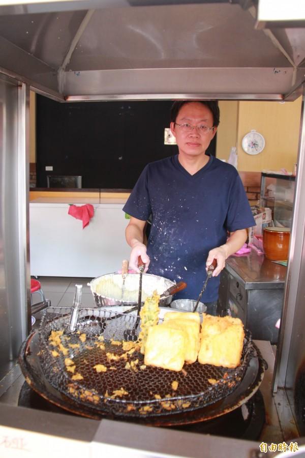 楊記炸粿業者楊國靖表示,整修後的後殿,發現比以往乾淨明亮多了。(記者陳冠備攝)