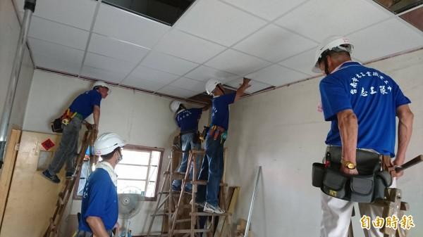 台南市木工、泥水、電氣等專業志工,協助七股弱勢家庭修繕遭風災吹毀的房屋。(記者劉婉君攝)