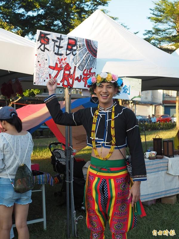 響應原住民族日活動,米將特地穿上族服,到草地野餐音樂會擺攤,販售原住民文創小物。(記者陳昀攝)