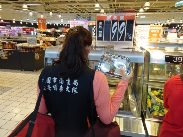 桃園市政府衛生局抽驗市售「即食熟食」產品,初驗45件,有11件大腸桿菌群超標,不合格率達24.4%。(記者陳昀翻攝)